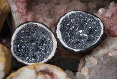 Zwarte en grijze die geode in de helft wordt verdeeld stock foto