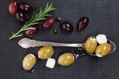 Luxueuze donkere culinaire olijfachtergrond. Royalty-vrije Stock Afbeeldingen