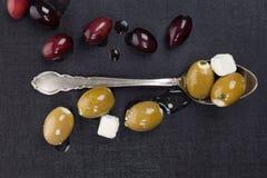 Luxueuze donkere olijf en kaasachtergrond. Stock Foto