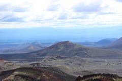 Zwarte en rode as, vallei van heuvels, na vulkanische uitbarsting Stock Foto