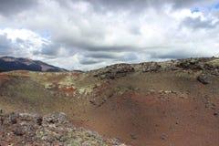 Zwarte en rode as, vallei van heuvels, na vulkanische uitbarsting Royalty-vrije Stock Foto's