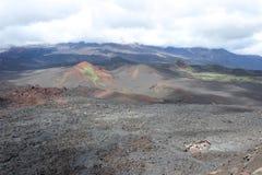 Zwarte en rode as, vallei van heuvels, na vulkanische uitbarsting Stock Fotografie