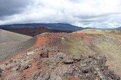 Zwarte en rode as, vallei van heuvels, na vulkanische uitbarsting Stock Afbeeldingen