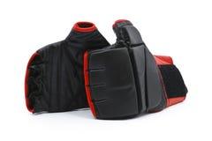 Zwarte en rode bokshandschoenen stock foto's