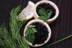 Zwarte en rode kaviaar voor gasten en vrienden royalty-vrije stock afbeeldingen