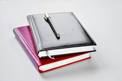 Zwarte en rode notitieboekje en pen royalty-vrije stock afbeelding