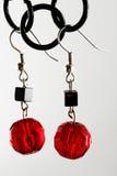 Zwarte en rode oorringen Stock Foto's