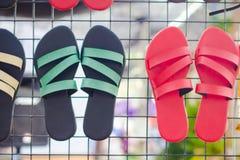 Zwarte en rode pantoffels stock foto