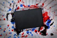 Zwarte exemplaarruimte met handdrukken en verfplonsen op lineair patroon Stock Foto's