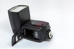 Zwarte externe flits voor een camera met een open batterijcompartiment royalty-vrije stock foto's