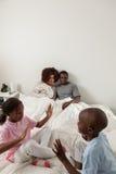 Zwarte familie in het bed Royalty-vrije Stock Afbeelding