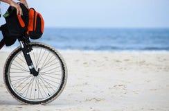 Zwarte fiets bij strand Stock Foto