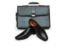 Zwarte geïsoleerde aktentas en mannelijke schoenen royalty-vrije stock afbeeldingen