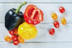 Zwarte, gele paprika en een besnoeiings rode paprika Royalty-vrije Stock Foto