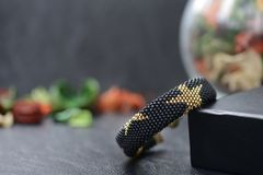 Zwarte geparelde armband met gouden sterren Royalty-vrije Stock Foto