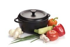 Zwarte gietijzerketel met groenten Royalty-vrije Stock Foto