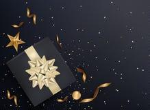 Zwarte giftdoos en gouden booglinten met confettien op donkere textur Royalty-vrije Stock Foto's