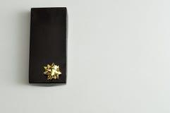 Zwarte giftdoos met een gouden boog Royalty-vrije Stock Foto