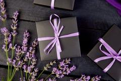 Zwarte Giftdoos met violet lint Stock Fotografie