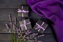 Zwarte Giftdoos met violet lint Stock Afbeeldingen