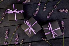 Zwarte Giftdoos met violet lint Royalty-vrije Stock Fotografie