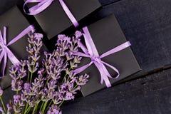 Zwarte Giftdoos met violet lint Stock Foto's