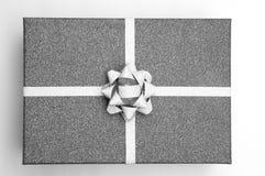 Zwarte giftdoos met zilveren zwart-wit lint, Stock Foto's