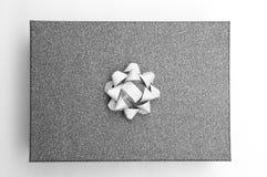 Zwarte giftdoos met zilveren zwart-wit lint, Royalty-vrije Stock Foto