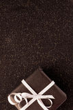 Zwarte giftdoos op glanzende achtergrond Stock Fotografie