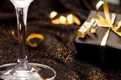 Zwarte giftdoos op zwarte glanzende achtergrond viering Stock Foto