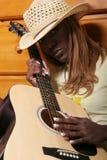 Zwarte gitaarspeler stock afbeeldingen
