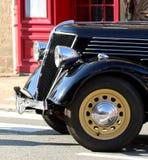 Zwarte glanzende bonnet van een klassieke oude uitstekende auto stock afbeelding