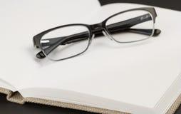 Zwarte glazen op boek Royalty-vrije Stock Foto
