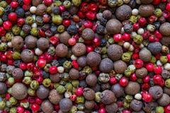 Zwarte, Groene, Roze, Witte en Geurige de Mengelingsachtergrond van Peperkorrels stock afbeeldingen