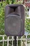 Zwarte grote spreker op tribune openlucht/A groot p A spreker op een stadium bij een openluchtmuziekfestival/een Groot audiosprek Stock Foto's