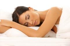 Zwarte haired Schoonheid in Bed Royalty-vrije Stock Afbeelding