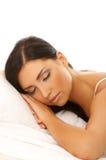 Zwarte haired Schoonheid in Bed Royalty-vrije Stock Foto's