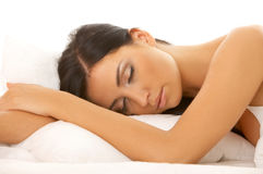 Zwarte haired Schoonheid in Bed Royalty-vrije Stock Afbeeldingen