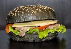 Zwarte hamburger Royalty-vrije Stock Afbeeldingen