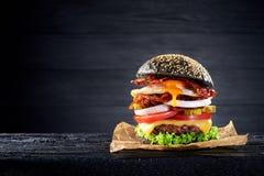Zwarte hamburger met ei en bacon Stock Foto's