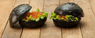 Zwarte hamburger met kaviaar stock foto's