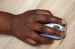 Zwarte hand op muis Royalty-vrije Stock Afbeeldingen