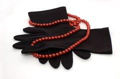 Zwarte Handschoenen en Rode Kralenversiering Royalty-vrije Stock Foto