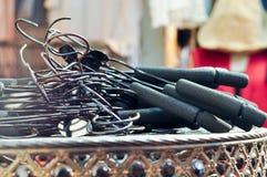 Zwarte Hanger op Oude Lijst Royalty-vrije Stock Afbeeldingen