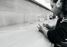 zwarte het behoren tot een bepaald rasmeisjes en Nieuwe iPhone 8 en iPhone 8 plus in Appl Royalty-vrije Stock Fotografie