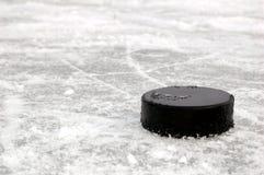 Zwarte hockeypuck op ijsbaan Royalty-vrije Stock Foto
