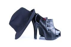 Zwarte hoge hiel vrouwelijke schoenen met fedorahoed Stock Foto