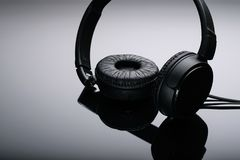 Zwarte hoofdtelefoons op a met achtergrond stock foto's