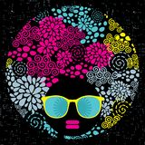 Zwarte hoofdvrouw met vreemd patroonhaar. Stock Foto's