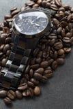 Zwarte horloge en koffie op zwarte Royalty-vrije Stock Foto's